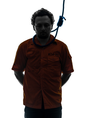 ahorcado: un hombre cauc?sico criminal con nudo corredizo alrededor del cuello del ahorcado en el estudio de la silueta aislado en el fondo blanco