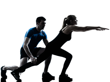 Kaukasisch aerobics instructeur met rijpe vrouw uitoefenen fitness workout in silhouet studio geà ¯ soleerd op witte achtergrond