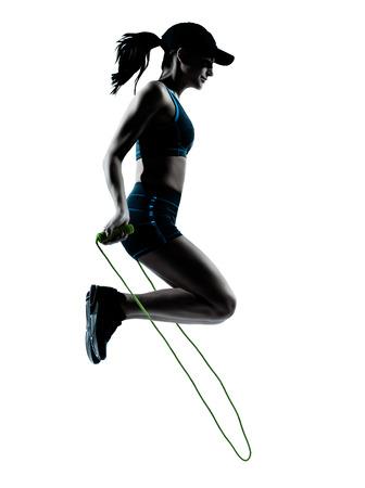 een blanke vrouw loper jogger touwtje springen in silhouet studio ge Stockfoto