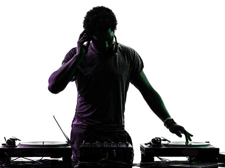 auriculares dj: un disc jockey hombre en silueta sobre fondo blanco