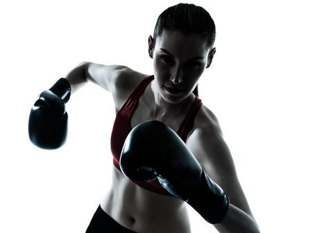 guantes de boxeo: una mujer cauc?sica de boxeo ejercicio en el estudio de la silueta sobre fondo blanco
