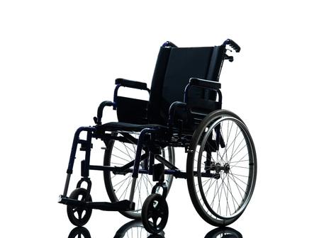 白の背景にシルエット スタジオで 1 つの車椅子
