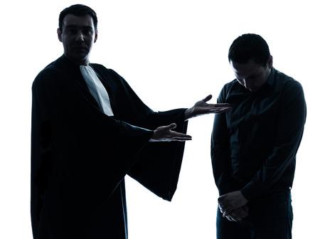 suplicando: un abogado cauc?sico silueta del hombre pidiendo en el estudio aislado sobre fondo blanco