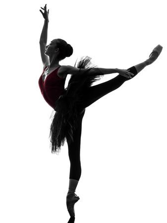 bailarina ballet: una mujer cauc?sica joven bailarina de ballet bailarina bailando con tut? en el estudio de la silueta sobre el fondo blanco