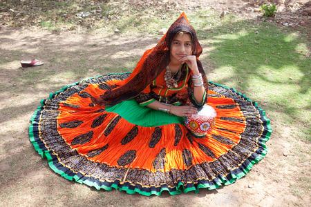 mujer hijos: Rajasthan, India - 29 de marzo: La mujer de las zonas rurales est?n celebrando el dios que los proteja en el festival gangaur uno de los m?s importantes del a?o, 29 de marzo de 2009 en todo rajasthan, india Editorial
