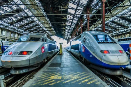 PARIS , FRANCE - JULY 7 : TGV high speed french train in gare de Lyon station on July 7 , 2006 in Paris, France 新聞圖片