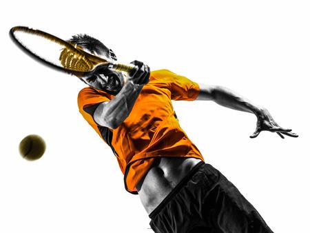 jugando tenis: un hombre pista retrato jugador en la silueta en el fondo blanco