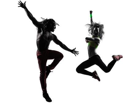 zumba: pareja de hombre y mujer en el ejercicio de fitness Zumba baile en la silueta en el fondo blanco Foto de archivo