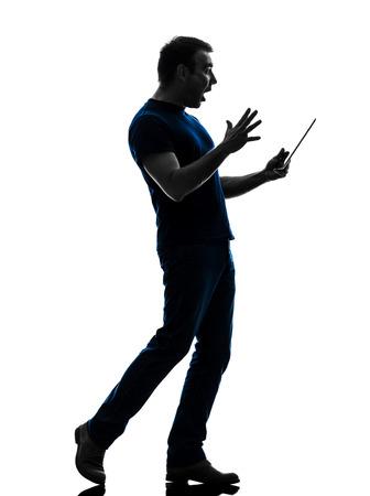 1 白人男持株デジタル タブレット シルエット白い背景の上に驚く