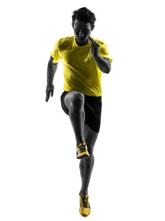 caucasico: un hombre cauc�sico joven sprinter running en estudio de la silueta sobre fondo blanco