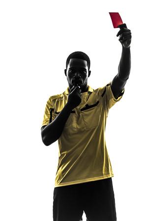 arbitro: un hombre africano árbitro muestra la tarjeta roja en la silueta en el fondo blanco