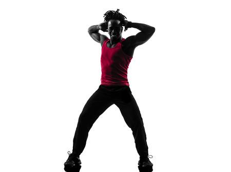 zumba: un hombre africano que ejercita aptitud del zumba baile en la silueta en el fondo blanco