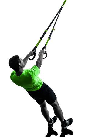 caucasico: un hombre cauc�sico ejercicio suspensi�n TRX formaci�n sobre fondo blanco