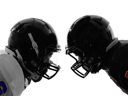 twee american football spelers van aangezicht tot aangezicht in silhouet schaduw op witte achtergrond