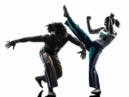bailarines silueta: dos personas par Capoiera bailarines bailando en estudio de la silueta aislado en el fondo blanco