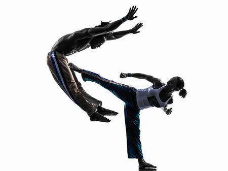 bailarines silueta: bailarines dos personas par Capoiera bailando en el estudio de silueta aislados sobre fondo blanco