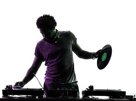 auriculares dj: un hombre disc jockey en silueta sobre fondo blanco