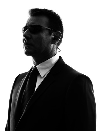 guardaespaldas: un hombre agente escolta de seguridad del servicio secreto en la silueta en blanco Foto de archivo