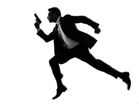 een blanke man lopen met pistool in silhouet op een witte achtergrond