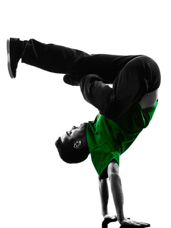 bailarines silueta: un caucásico joven descanso al hombre del bailarín de breakdance acrobática en la silueta de fondo blanco