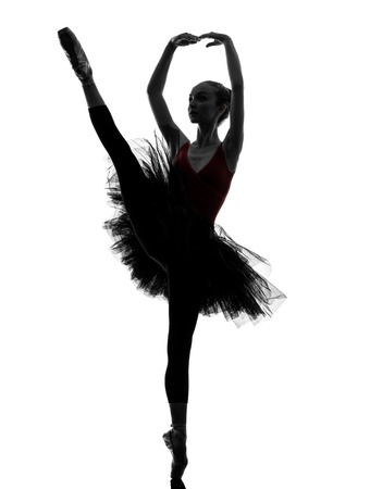 silueta bailarina: una mujer caucásica joven bailarina de ballet bailarina bailando con tutú en el estudio de la silueta sobre el fondo blanco