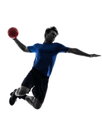 balonmano: un joven caucásico ejercicio jugador de balonmano en el estudio de la silueta sobre fondo blanco