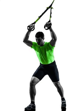 hombre caucasico: un hombre cauc�sico ejercicio de suspensi�n TRX formaci�n sobre fondo blanco