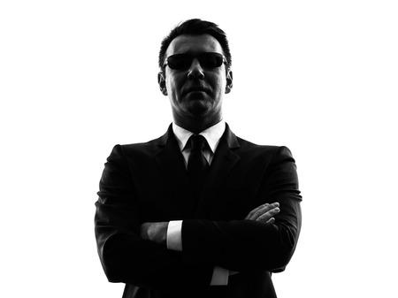 guardaespaldas: una seguridad hombre agente secreto del servicio de guardaespaldas en silueta sobre fondo blanco Foto de archivo
