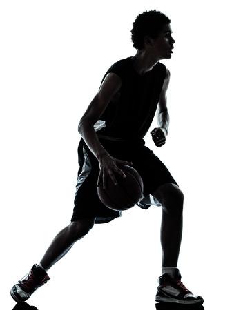 흰색 배경에 절연 스튜디오에서 한 젊은 남자 농구 선수의 실루엣 스톡 콘텐츠