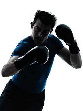 hombre caucasico: un hombre cauc�sico ejercicio de entrenamiento de boxeo boxeador de la aptitud en la silueta del estudio aislada en el fondo blanco Foto de archivo