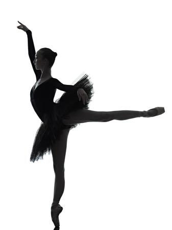 ein kaukasisch junge Frau Ballerina Ballett-Tänzerin tanzt mit Tutu im Studio Silhouette auf weißem Hintergrund Standard-Bild
