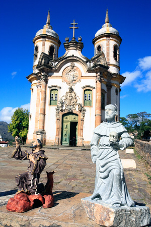 Gezien de Igreja de São Francisco de Assis van de UNESCO World Heritage stad van Ouro Preto in Minas Gerais Brazilië Stockfoto