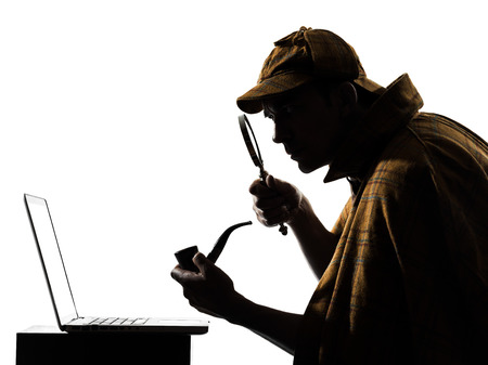 シャーロック ・ ホームズのラップトップ コンピューター シルエット スタジオ ホワイト バック グラウンドで