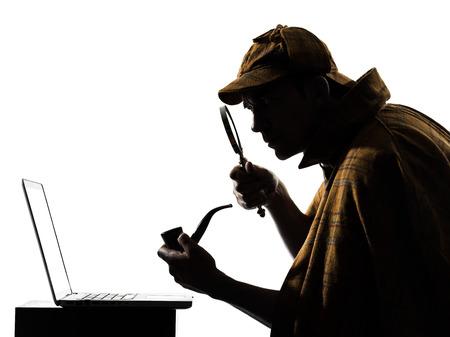 흰색 배경에 스튜디오에서 셜록 홈즈의 노트북 컴퓨터 실루엣