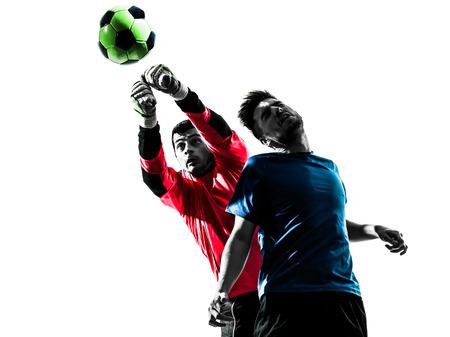 portero: dos hombres caucásicos portero jugador de fútbol perforación partida bola competición en silueta aislado fondo blanco