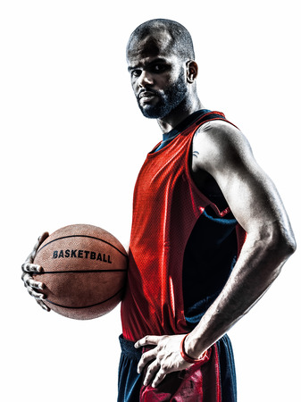 sport team: een Afrikaanse man basketbal speler die bal in silhouet geïsoleerd witte achtergrond Stockfoto