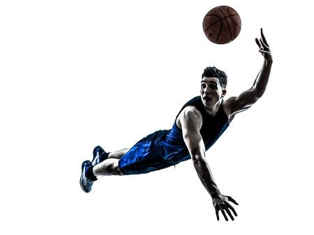 실루엣 격리 된 흰색 배경에서 한 백인 남자 농구 선수가 점프를 던지고