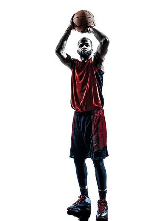 sport team: een Afrikaanse man basketbalspeler vrije worp in silhouet geïsoleerd witte achtergrond