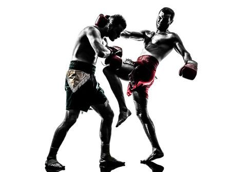 twee blanke mannen te oefenen thai boksen in silhouet studio op witte achtergrond