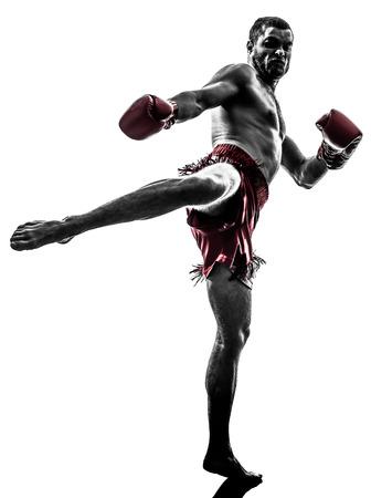 een blanke man te oefenen thai boksen in silhouet studio op witte achtergrond Stockfoto