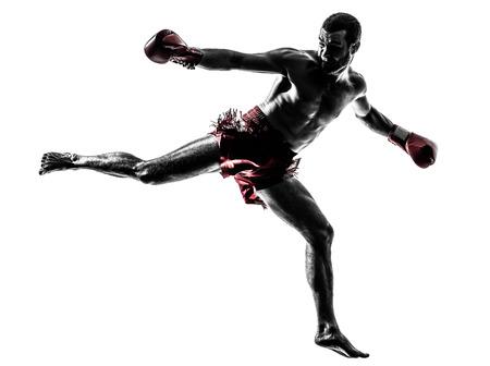 guantes de boxeo: un hombre cauc�sico ejercicio de boxeo tailand�s en estudio de la silueta sobre fondo blanco Foto de archivo