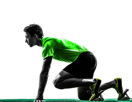 ein Mann kaukasisch junge Sprinter Läufer in Startlöchern Silhouette Studio auf weißem Hintergrund