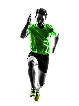 ein junger Mann kaukasisch Läufer Sprinter in der Silhouette Studio läuft auf weißem Hintergrund