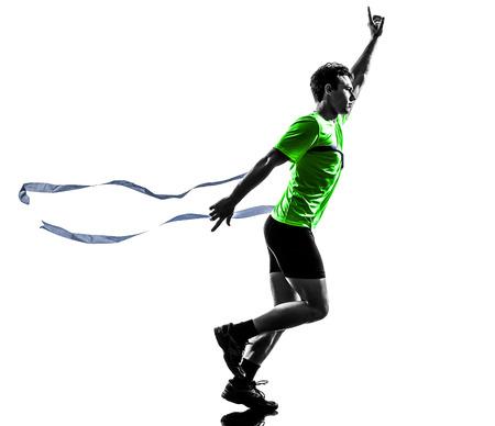 ein Mann kaukasisch junge Sprinter running Gewinner bei Ziellinie in der Silhouette Studio auf weißem Hintergrund
