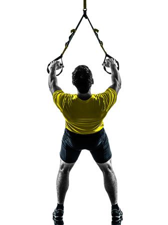 gymnastique: un homme exerçant formation suspension TRX sur fond blanc