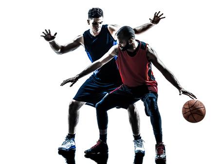 pelota de basquet: jugadores dos hombres de baloncesto de la competencia en la silueta aislado fondo blanco