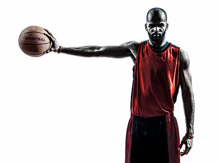 한 아프리카 남자 농구 선수가 공을 들고 실루엣에서 고립 된 흰색 배경