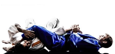 arte marcial: dos judokas combatientes que luchan los hombres en siluetas en blanco Foto de archivo