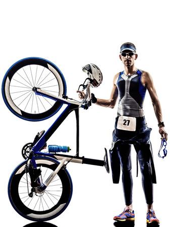 ciclos: hombre triatl�n Iron Man atleta de pie con todo su equipo en siluetas en blanco