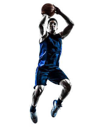 baloncesto: jugador de baloncesto de un hombre saltando de lanzar en silueta aislado fondo blanco